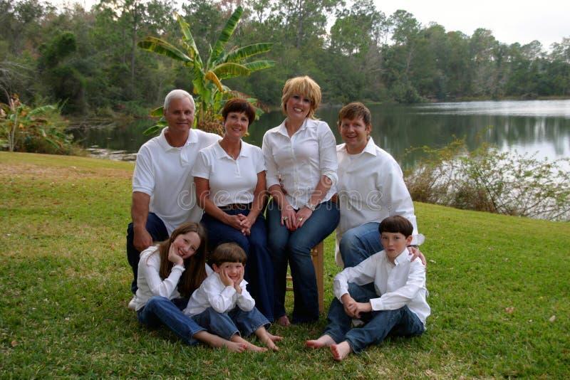 Famiglia di Extende all'esterno fotografia stock