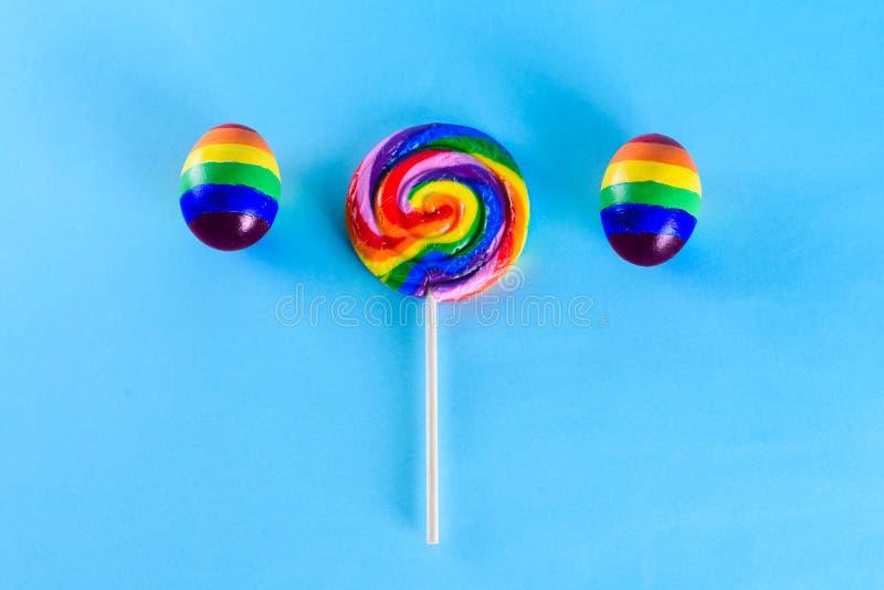 Famiglia di Lgbt Uova con colore della bandiera del lgbt e la lecca-lecca dell'arcobaleno immagini stock
