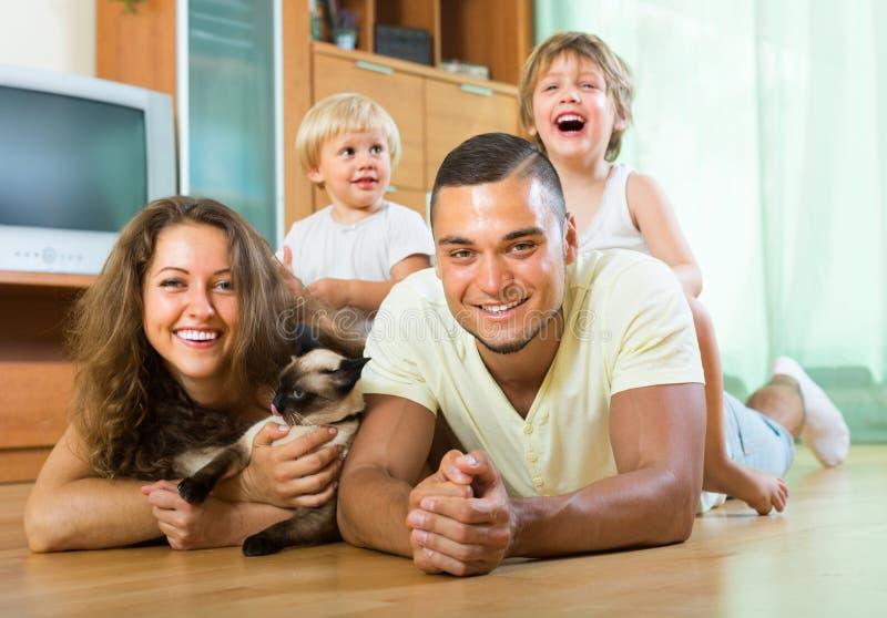 Famiglia di quattro che gioca con il gattino fotografia stock libera da diritti