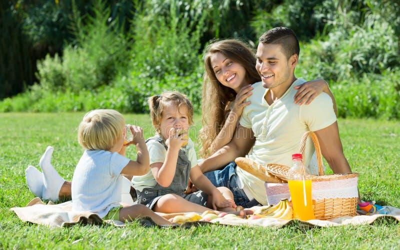 Famiglia di quattro che ha picnic immagine stock libera da diritti