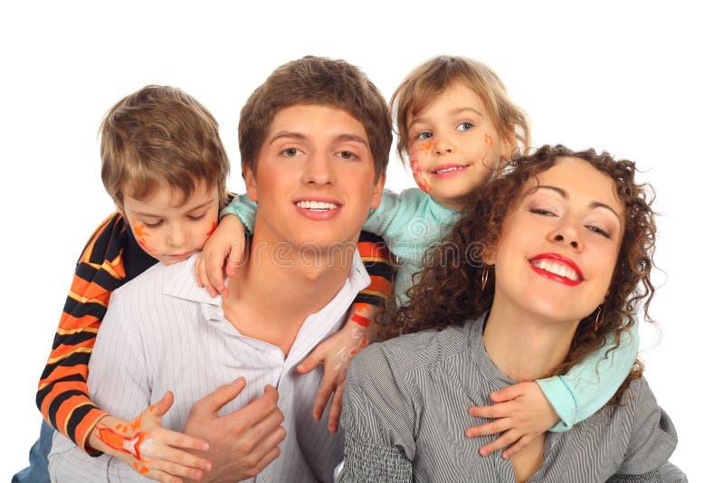 Famiglia di quattro con le illustrazioni sui fronti dei bambini fotografia stock