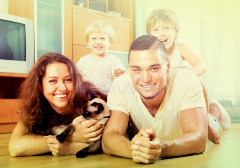 Famiglia di quattro con un gatto fotografie stock