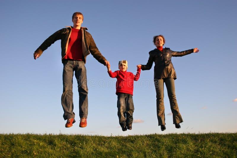 Famiglia di salto di tramonto fotografie stock