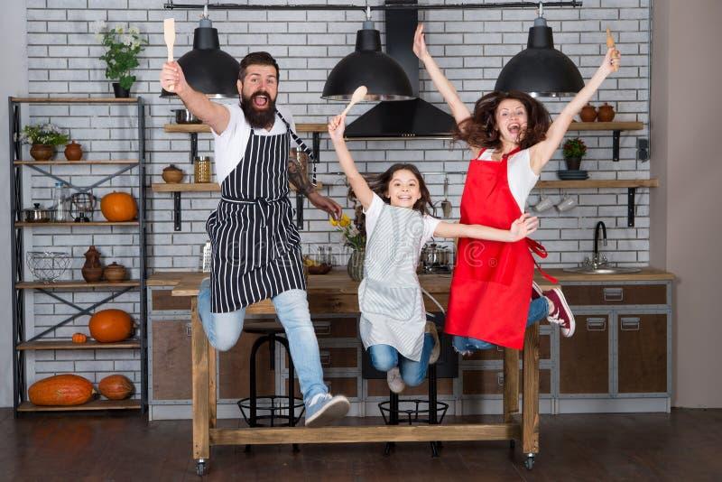 Famiglia divertendosi cottura insieme Insegni al bambino che cucina l'alimento La prima colazione di fine settimana che cucina co fotografie stock libere da diritti