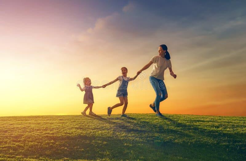 Famiglia divertendosi sulla natura immagine stock