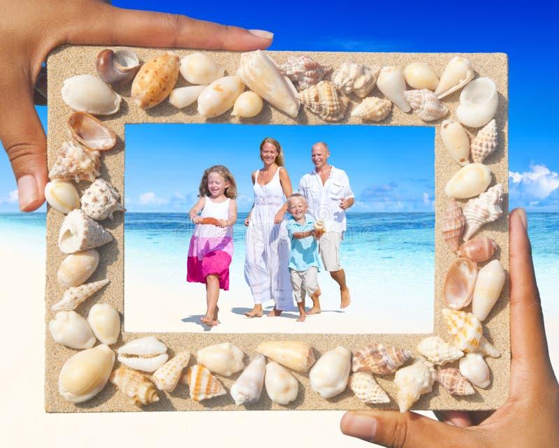 Famiglia divertendosi sulla spiaggia fotografia stock