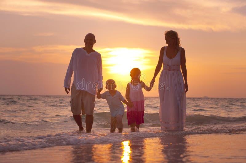 Famiglia divertendosi sulla vacanza con il tramonto perfetto immagine stock libera da diritti