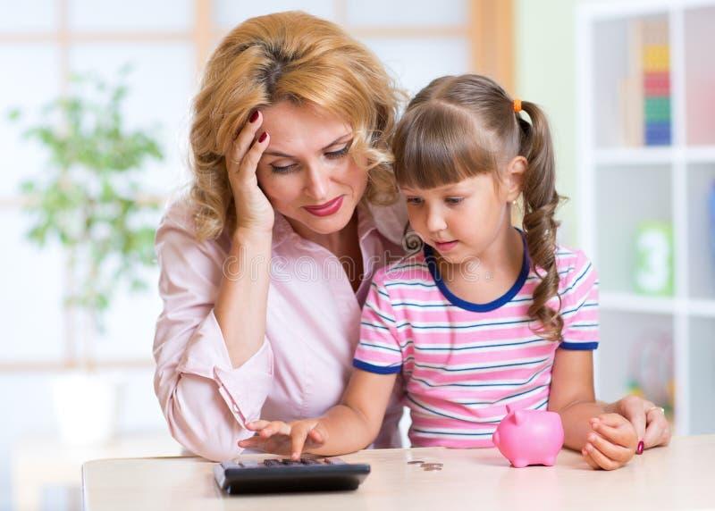 Famiglia - donna invecchiata mezzo e sua figlia con immagine stock