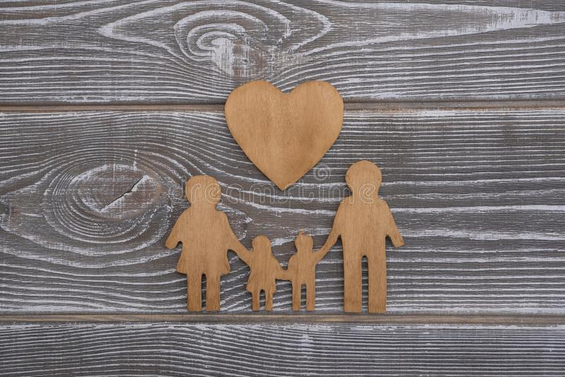 Famiglia e cuore su un fondo di legno fotografia stock libera da diritti