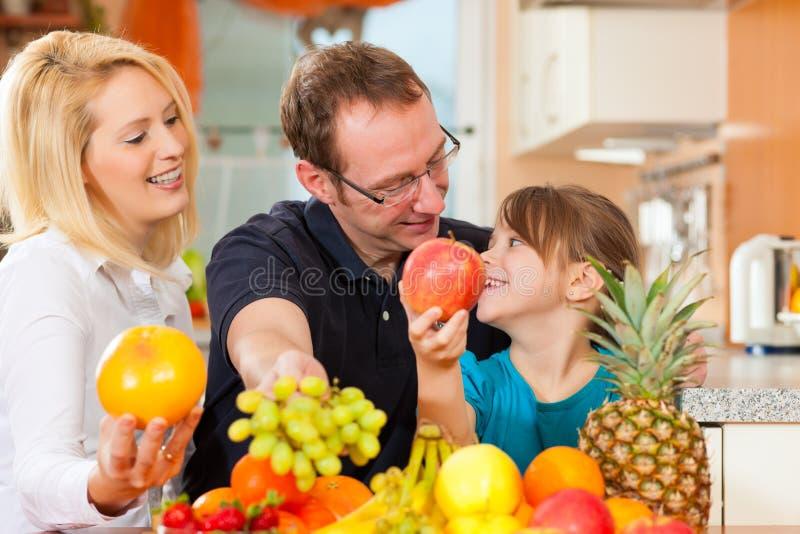 Famiglia e nutrizione sana fotografie stock libere da diritti