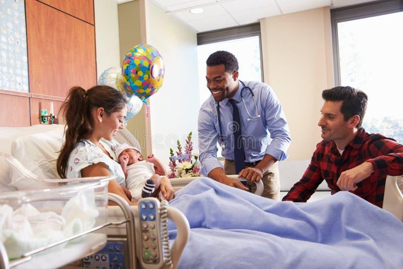 Famiglia e posta Natal Department del dottore With Baby In immagini stock