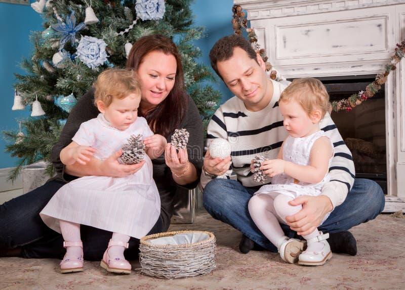 Famiglia ed albero di Natale felici immagine stock