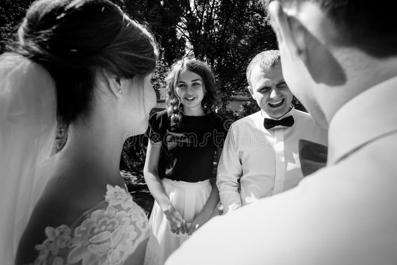 Famiglia ed amici che si congratulano le persone appena sposate di lusso alla moda ai noi fotografia stock libera da diritti