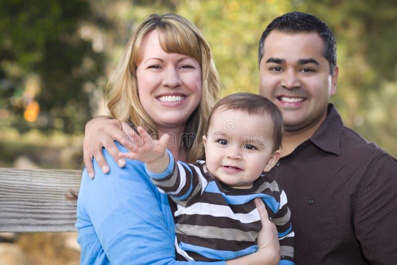 Famiglia etnica felice della corsa Mixed all'aperto fotografia stock libera da diritti