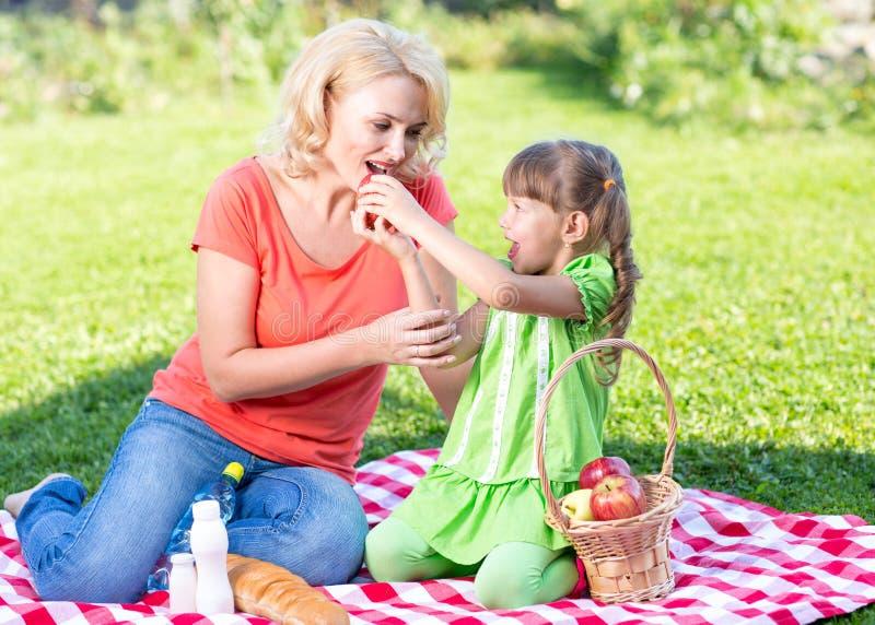 Famiglia felice al concetto di vacanze estive madre fotografie stock libere da diritti
