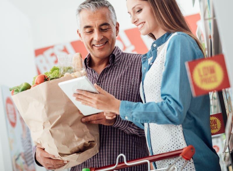 Famiglia felice al supermercato immagine stock