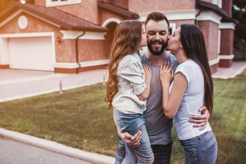 Famiglia felice all'aperto fotografia stock