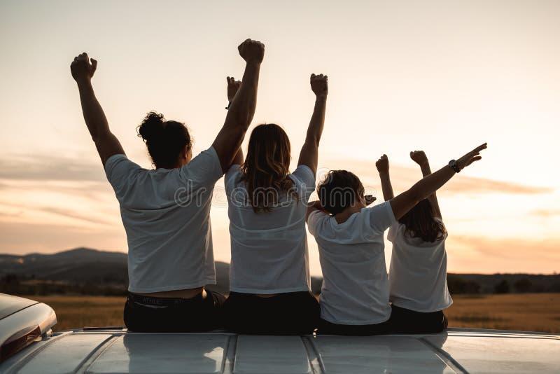 Famiglia felice aria aperta divertentesi e sorridente fotografie stock libere da diritti