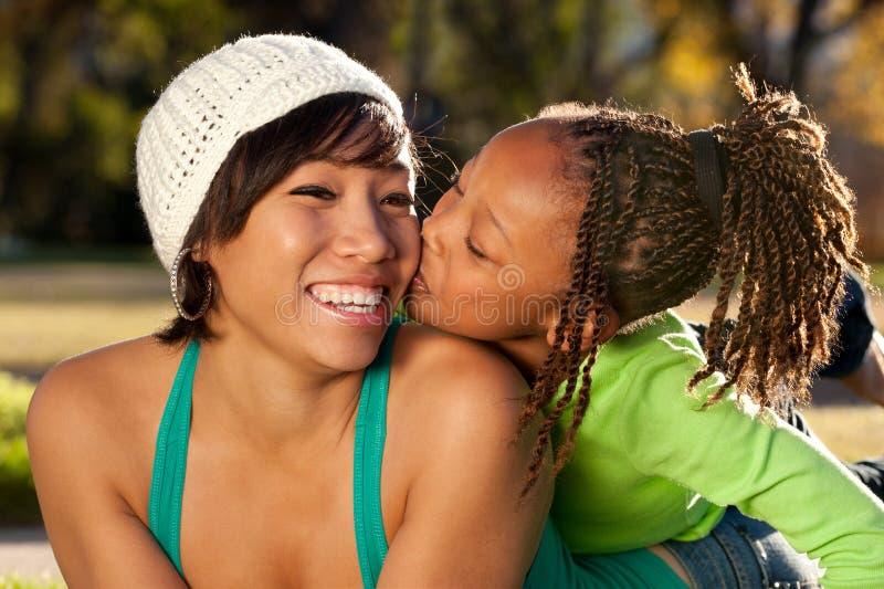 Famiglia felice, bacio fotografie stock libere da diritti