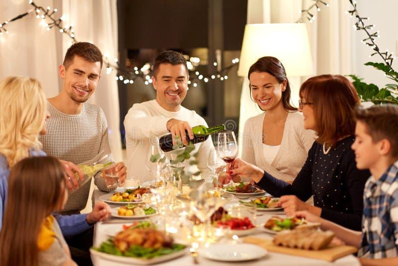 Famiglia felice cenando partito a casa immagini stock libere da diritti