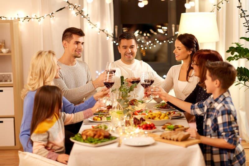Famiglia felice cenando partito a casa fotografia stock