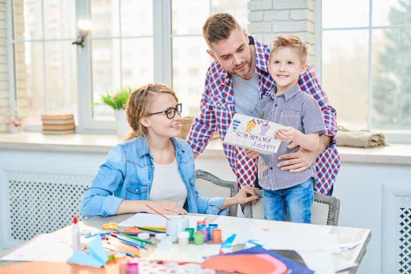 Famiglia felice che celebra giorno di padri a casa immagine stock libera da diritti
