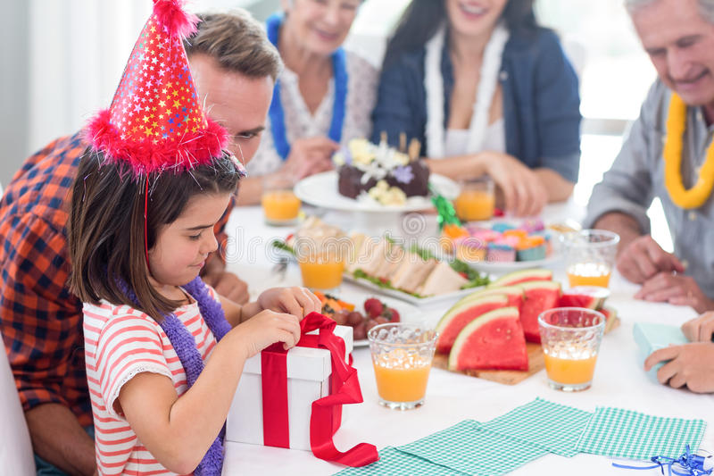 Famiglia felice che celebra un compleanno fotografie stock libere da diritti