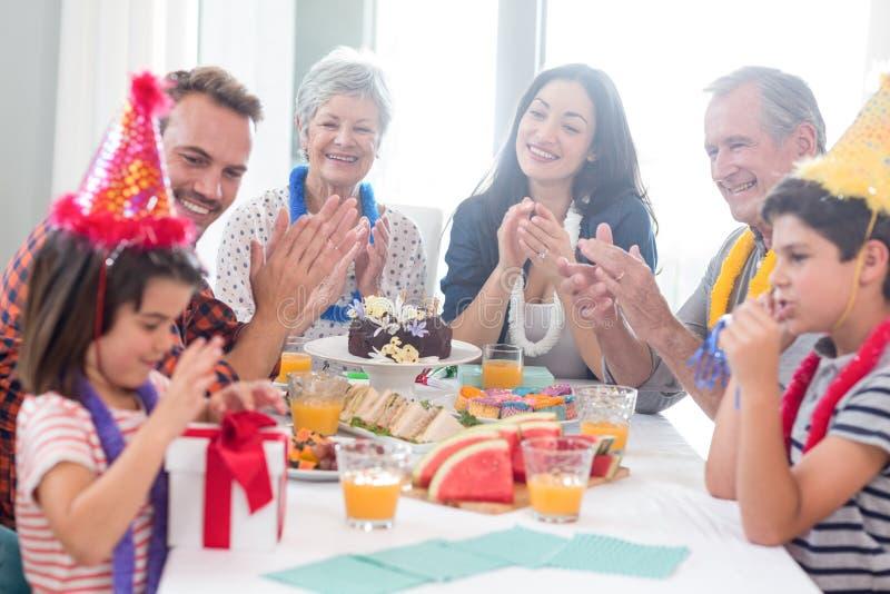 Famiglia felice che celebra un compleanno immagini stock libere da diritti