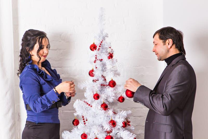 Famiglia felice che decora un albero di Natale immagine stock libera da diritti