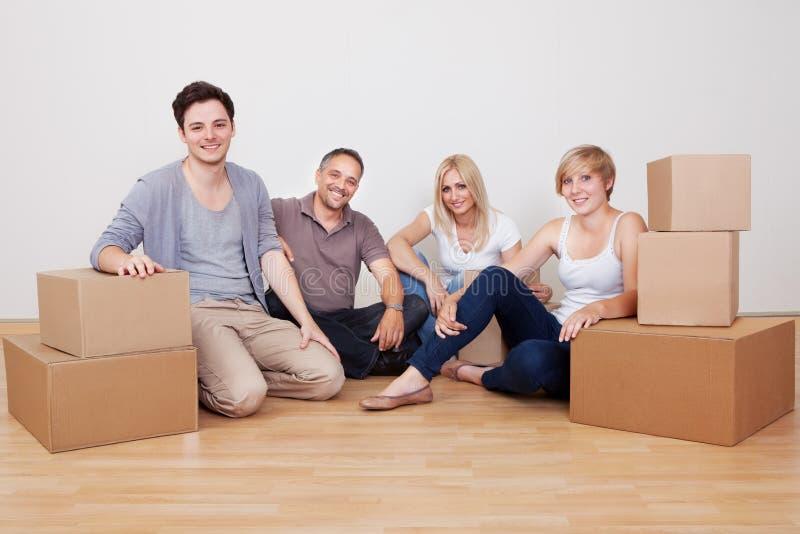 Famiglia felice che entra nella nuova casa immagine stock