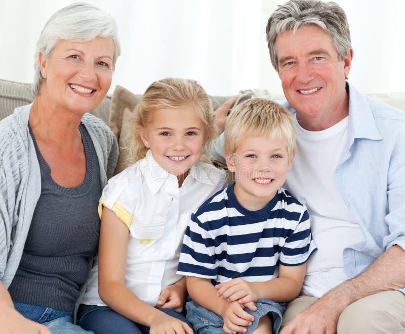 Famiglia felice che esamina la macchina fotografica fotografia stock