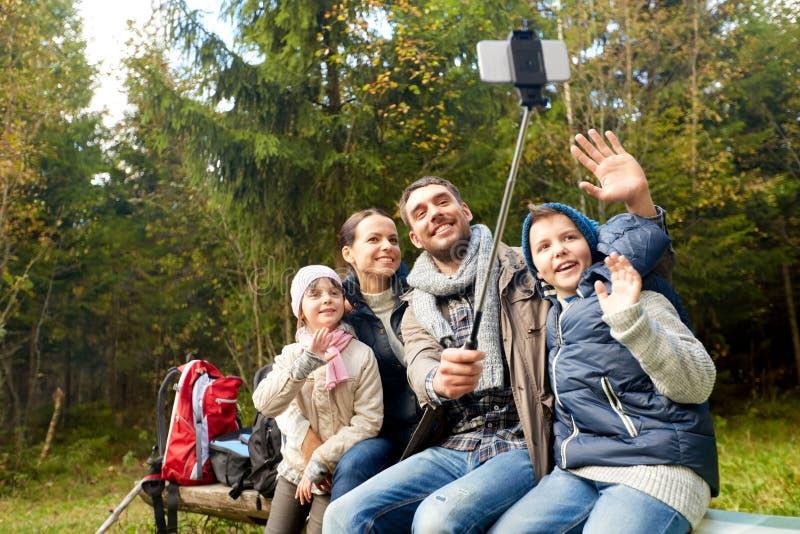 Famiglia felice che fa un'escursione e che prende selfie fotografia stock libera da diritti