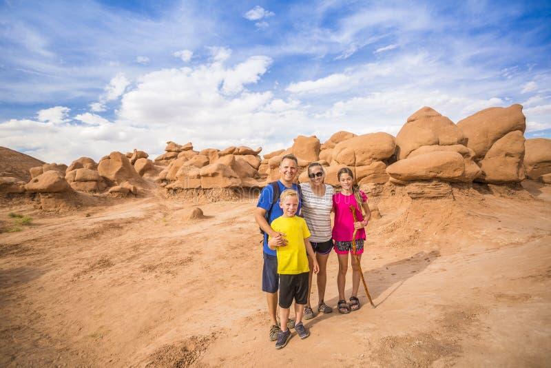 Famiglia felice che fa un'escursione insieme nelle belle formazioni rocciose del parco nazionale di arché fotografia stock libera da diritti