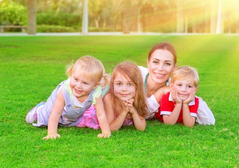 Famiglia felice che ha divertimento fotografia stock libera da diritti
