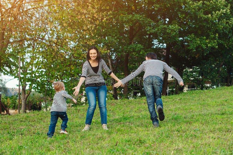 Famiglia felice che ha divertimento all'aperto Giovane famiglia che gode della vita, insieme sulla natura Stile di vita felice de fotografia stock libera da diritti