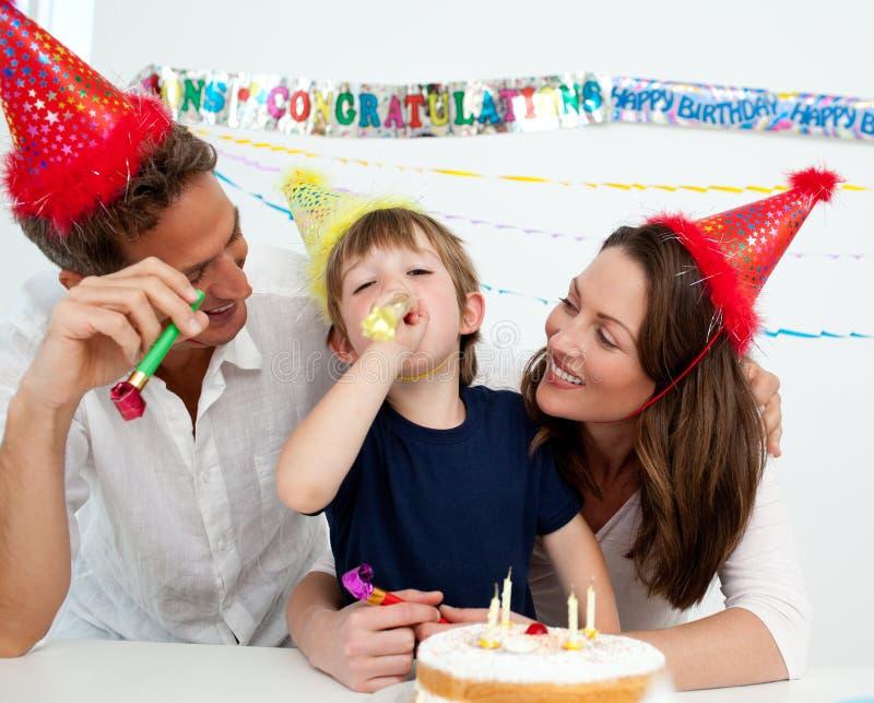 Famiglia felice che ha divertimento durante il compleanno immagini stock libere da diritti