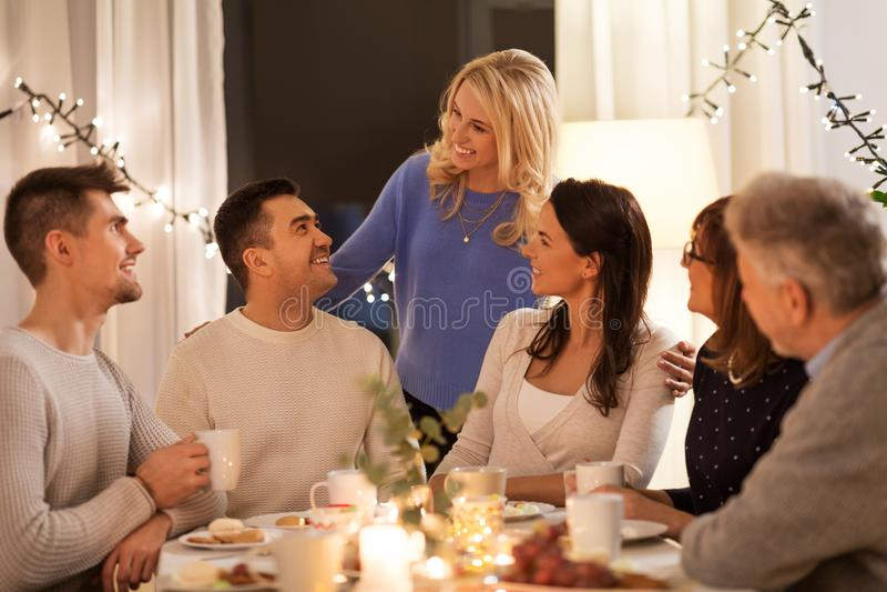 Famiglia felice che ha ricevimento pomeridiano a casa fotografie stock