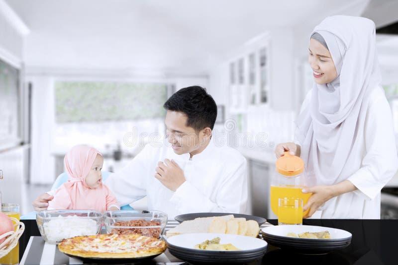 Famiglia felice che mangia insieme nella cucina immagini stock libere da diritti