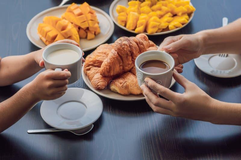 Famiglia felice che mangia prima colazione sul balcone Wi della tavola di prima colazione fotografia stock libera da diritti