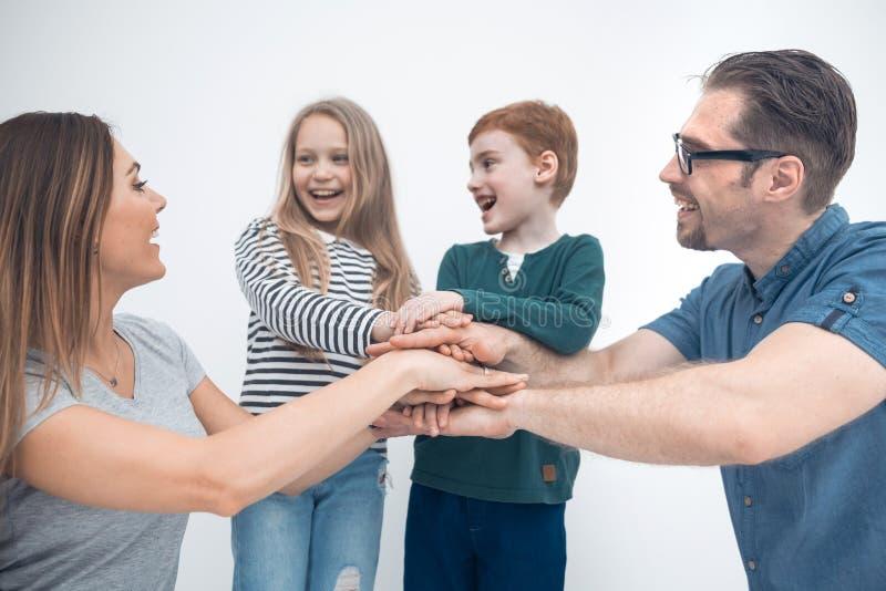 Famiglia felice che mostra la loro unità fotografie stock