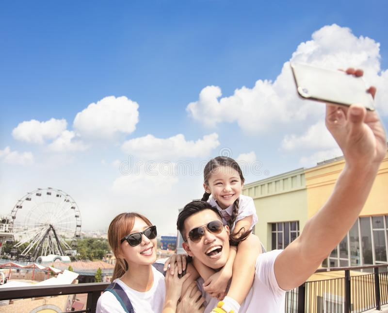 Famiglia felice che prende selfie nel parco fotografie stock