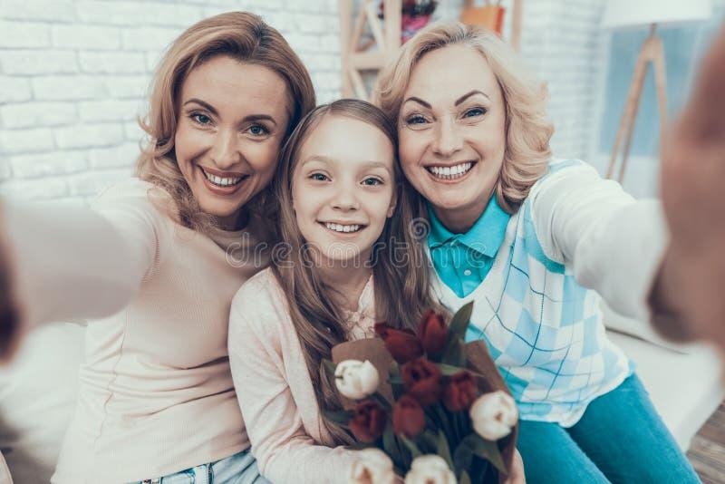 Famiglia felice che prende Selfie sul compleanno della figlia immagini stock