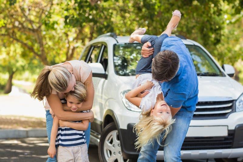 Famiglia felice che si prepara per il viaggio stradale fotografia stock libera da diritti