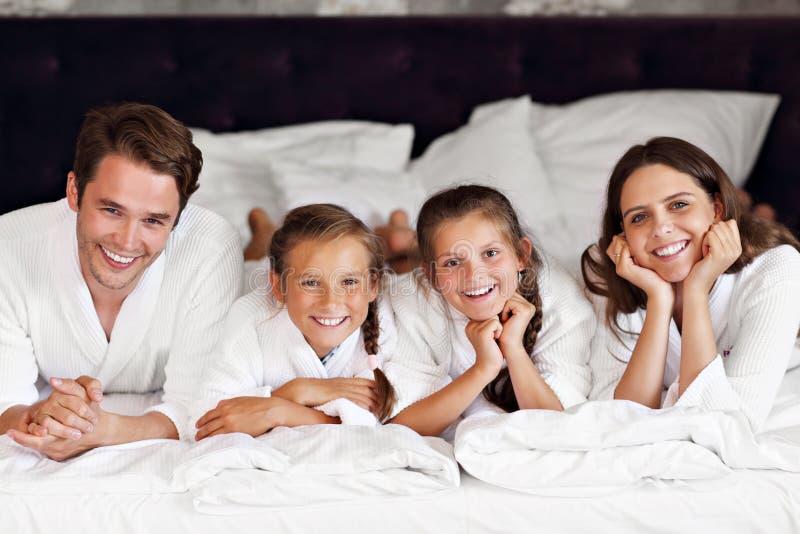 Famiglia felice che si rilassa nella camera di albergo fotografie stock