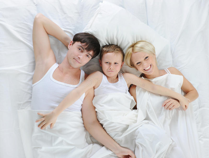 Famiglia felice che si trova nella base immagine stock