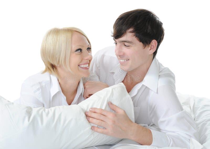 Famiglia felice che si trova nella base immagini stock
