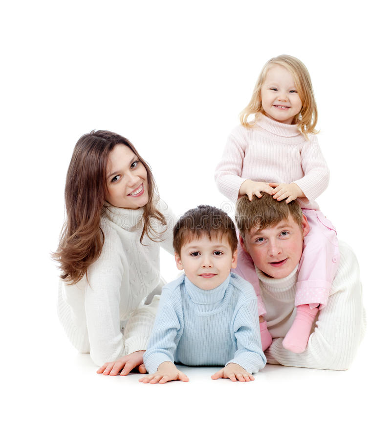 Famiglia felice che si trova sul pavimento in studio fotografia stock
