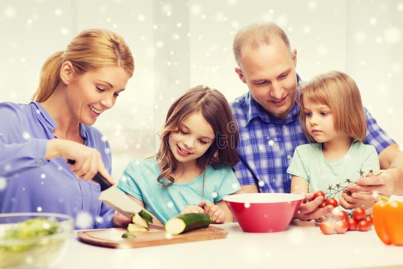 Famiglia felice con due bambini che fanno cena a casa immagini stock