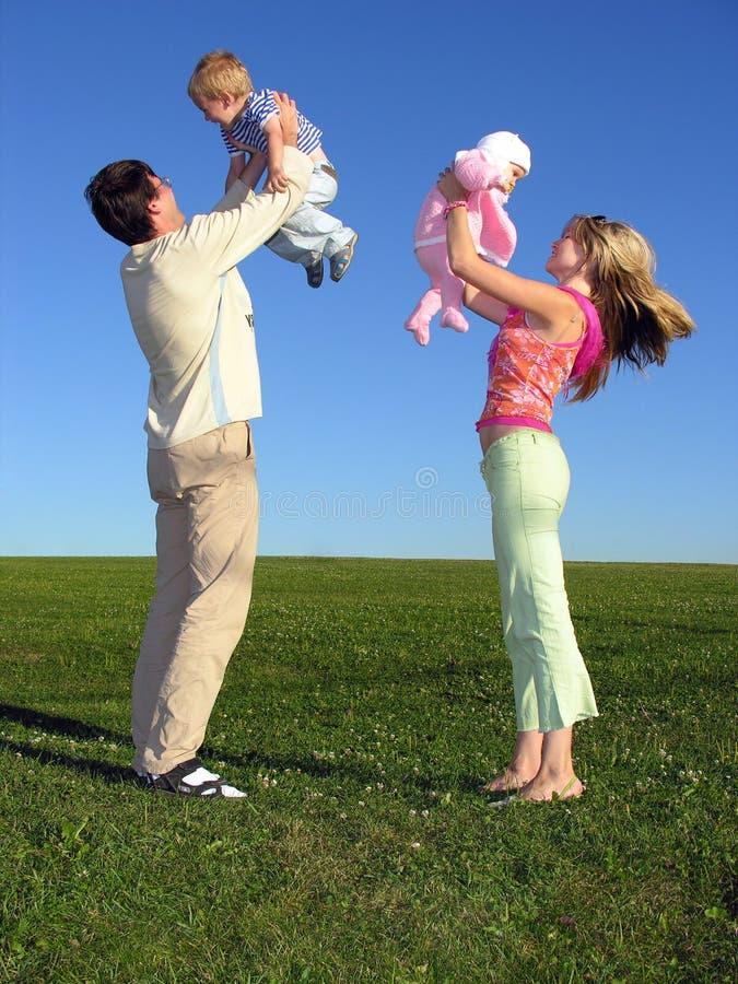 Famiglia felice con due bambini su cielo blu 3