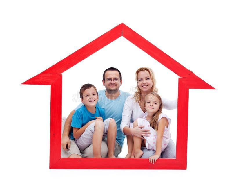Famiglia felice con i bambini nel loro concetto domestico fotografia stock libera da diritti
